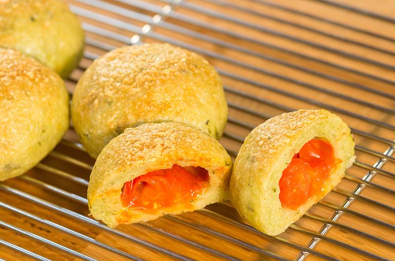 ぷちトマトの入ったふたごパン(パンレシピ動画)